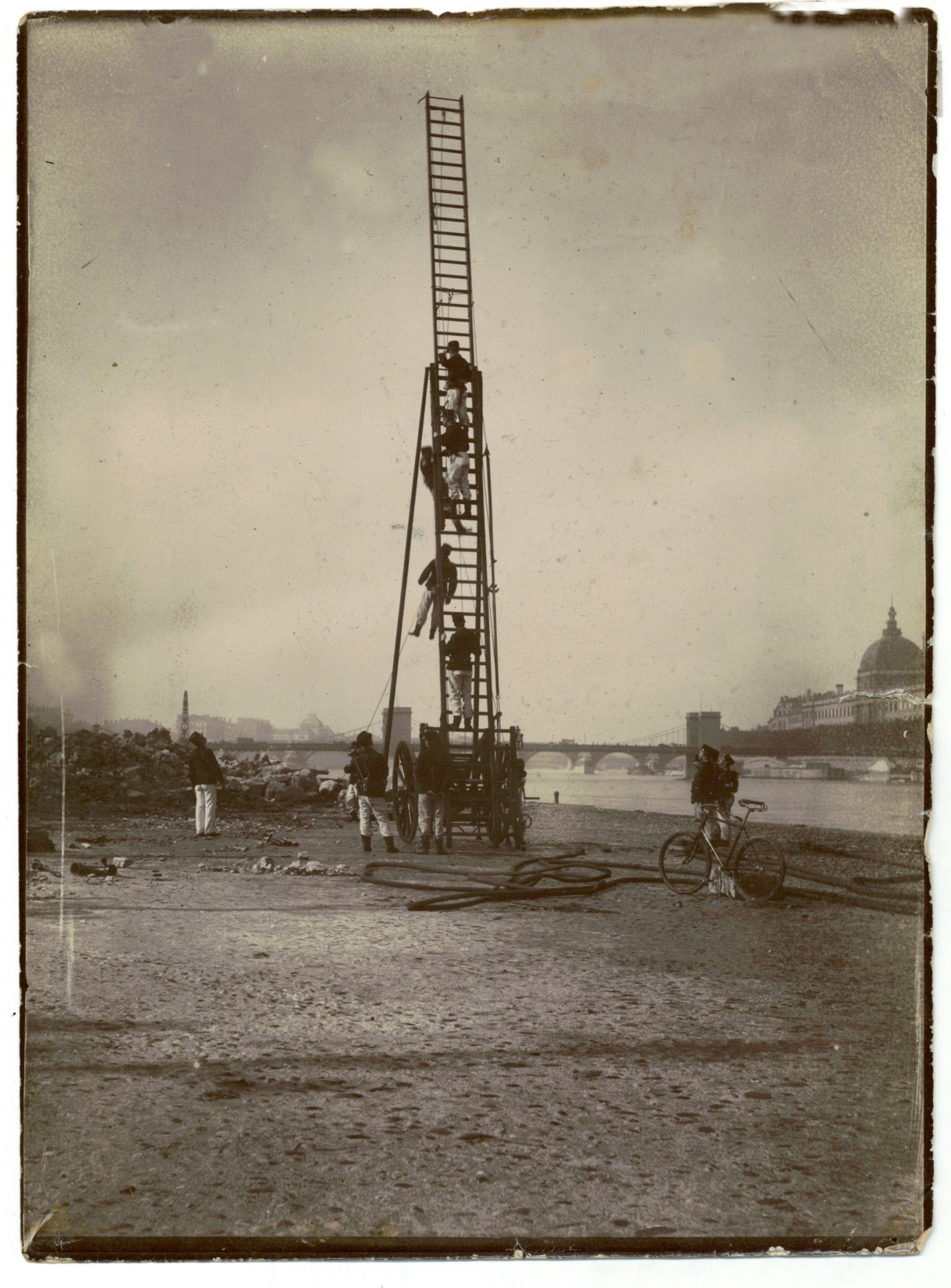 manoeuvre sur le bas port du rhone avec l'échelle gugumus à numériser coll. J. périer
